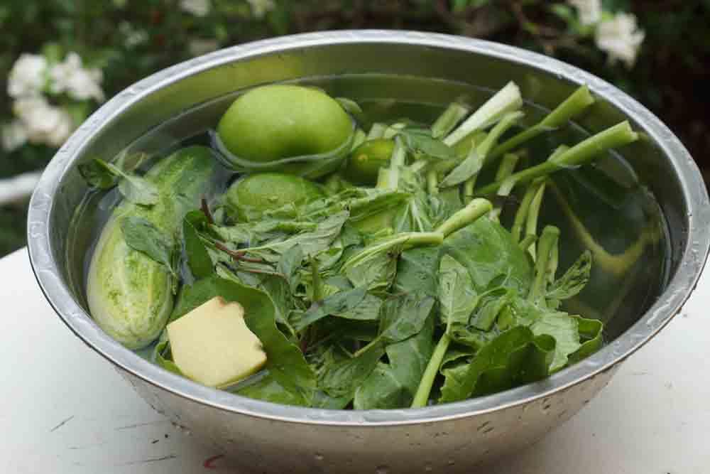 Свежевыжатый сок с зеленью, имбирем, яблоком и огурцом